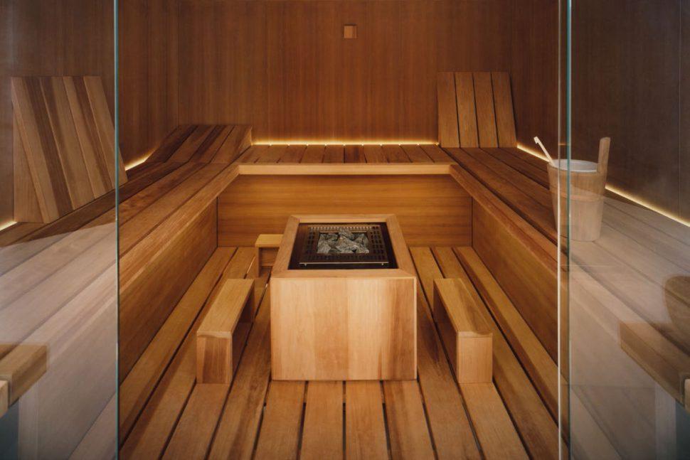 Air sauna with heat-treated aspen wood fittings and teak wood wall